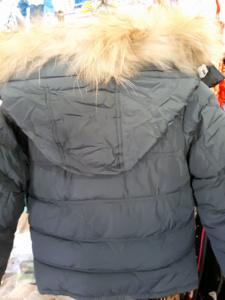 Вид сзади на серую куртку для мальчиков