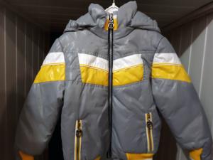 Демисезонная куртка для мальчика серая с желтым