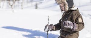 Ребенок в зимней куртке на снегу