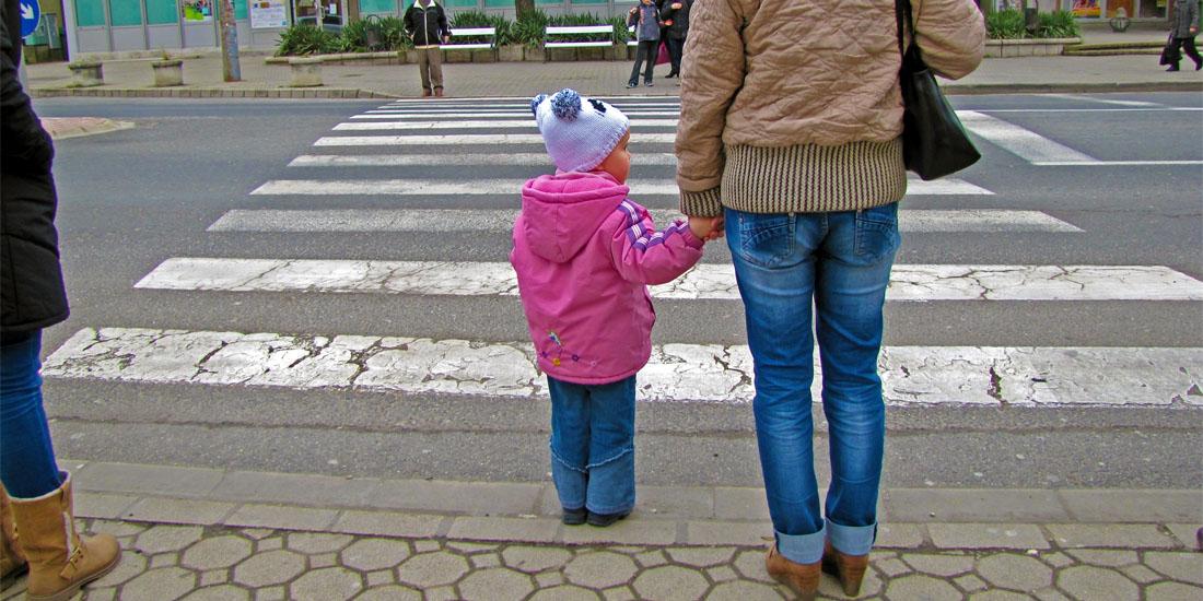 Ребенок с мамой в куртке