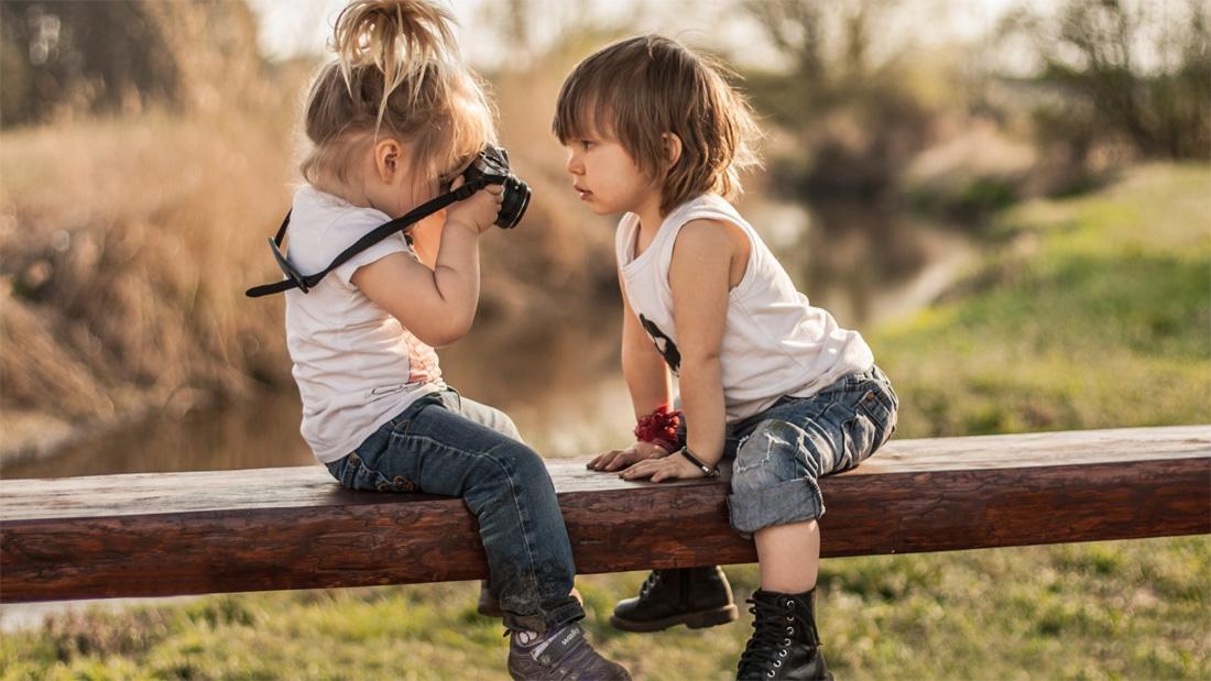 Дети фотографируются