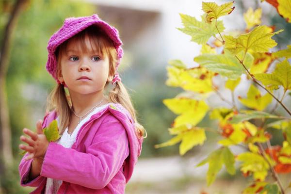 Девочка осенью
