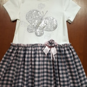 Платье белое с клетчатой юбкой и бабочкой из пайеток