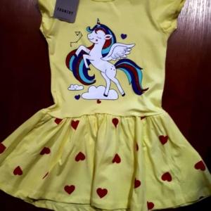 Платье желтое с единорогом и красными сердечками