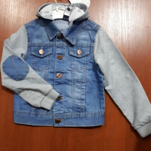 Куртка джинсовая на пуговицах с трикотажным капюшоном и рукавами.