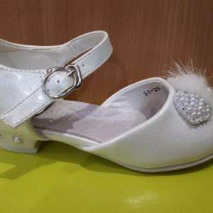 Туфли белые на каблучке с бантиком из страз и белой мех. отделкой 25 - 32