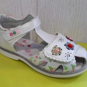 Босоножки белые закрытые для девочек на липучке с тремя цветочками 26-31