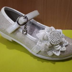 Туфли белые с цветком и кулончиком со стразой 26 - 31