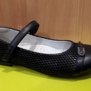 Туфли черные с небольшой брошью из страз 32-35 (Tom Miki)