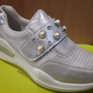 Туфли - кроссовки закрытые белые с белыми бусинками и стразами