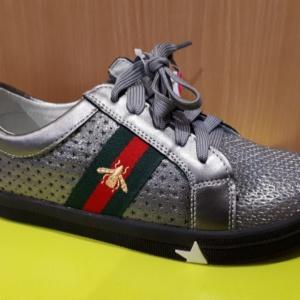 Туфли - кроссовки закрытые на шнурках и молнии с зелено-красной полосой