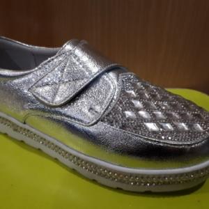 Туфли - кроссовки серебристые на липучке со стразами