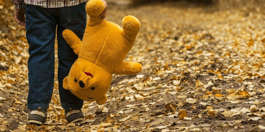 Ребенок на осенней прогулке