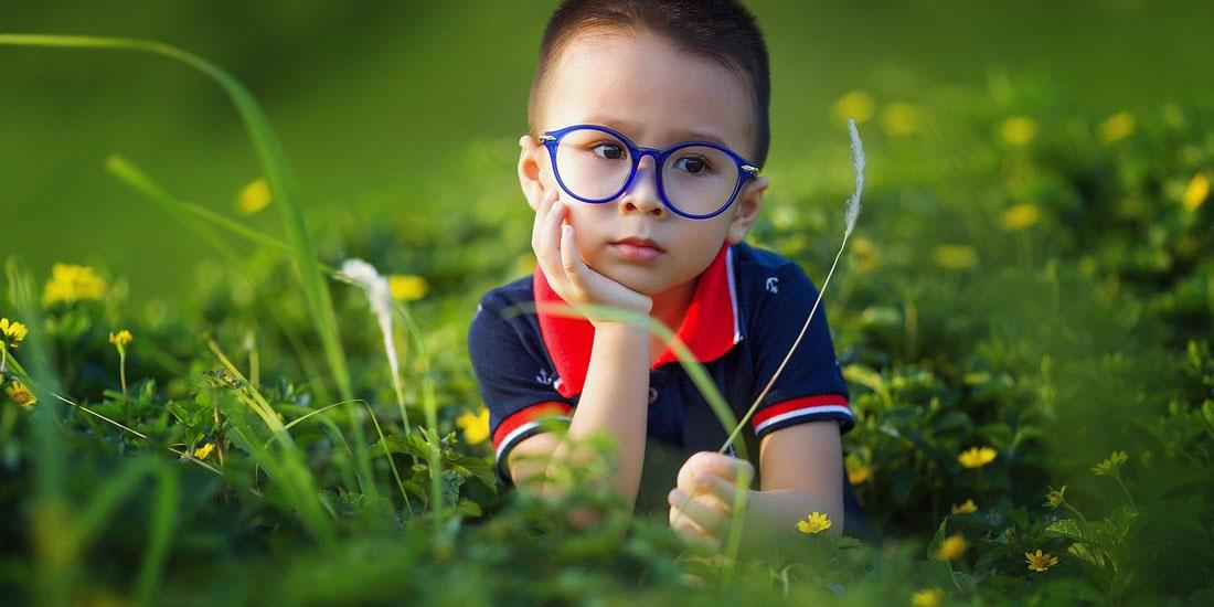 Фото ребенка в траве