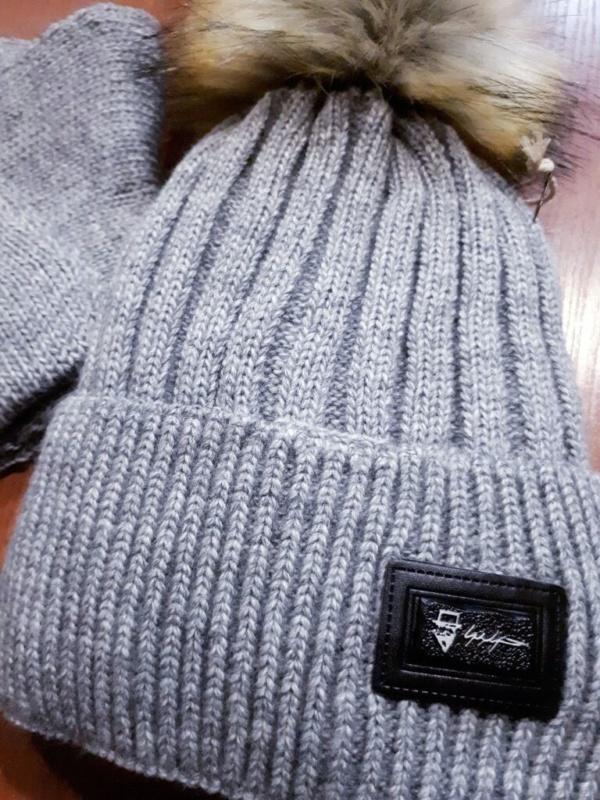 Комплект зимний серый шапка вязаная с меховым бубоном и снуд